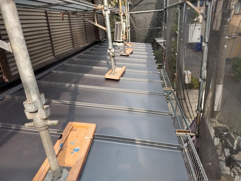 ガルバリウムの金属屋根材 稲垣商事の立平「 スタンビー 」 1階部分の屋根 葺き替え完了1