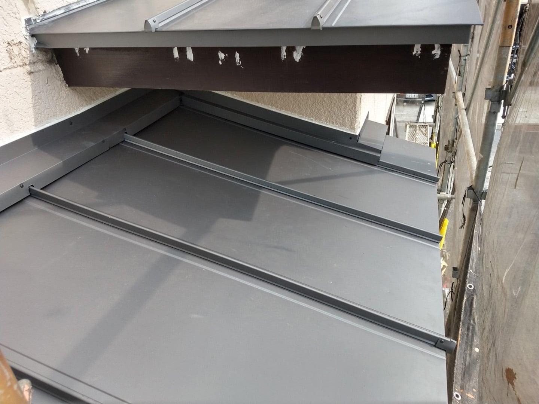 ガルバリウムの金属屋根材 稲垣商事の立平「 スタンビー 」 1階部分の屋根 葺き替え完了2