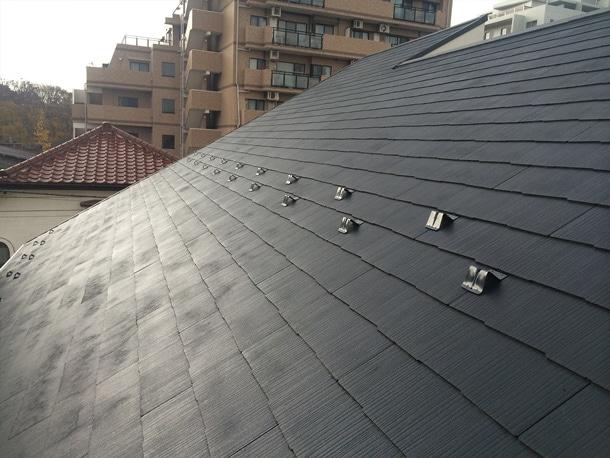 雪止めを千鳥配列して設置している屋根