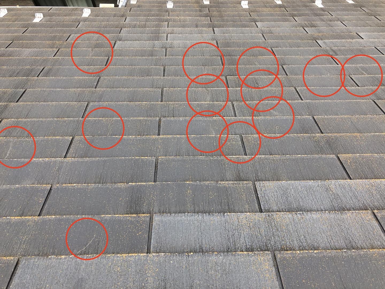 ひび割れしているスレート屋根材