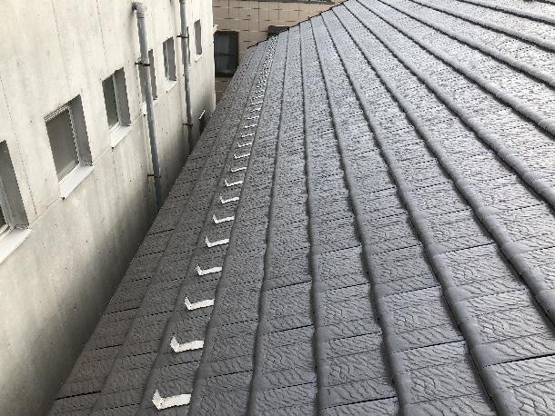 雪止めを横1列に設置している屋根