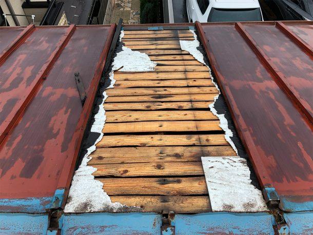 台風被害に遭ったガルバリウム屋根の写真