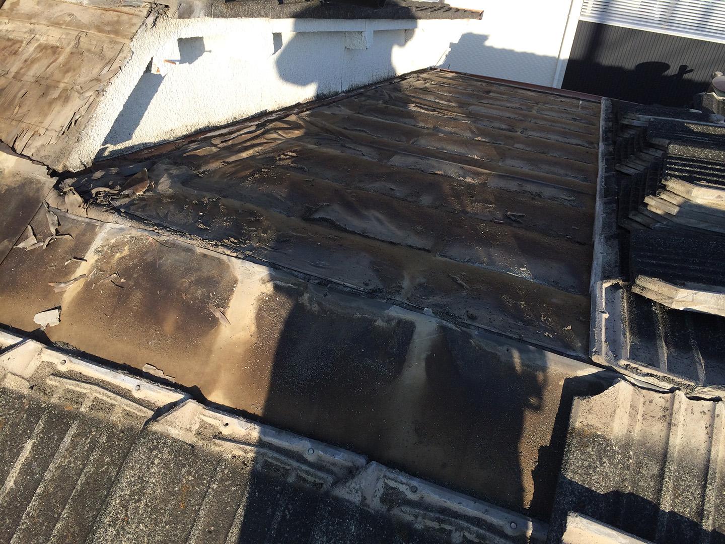 【東京都品川区】厚型スレート (コンクリ瓦) 屋根の雨漏り、部分修理工事の事例 棟違い雨漏り修理工事