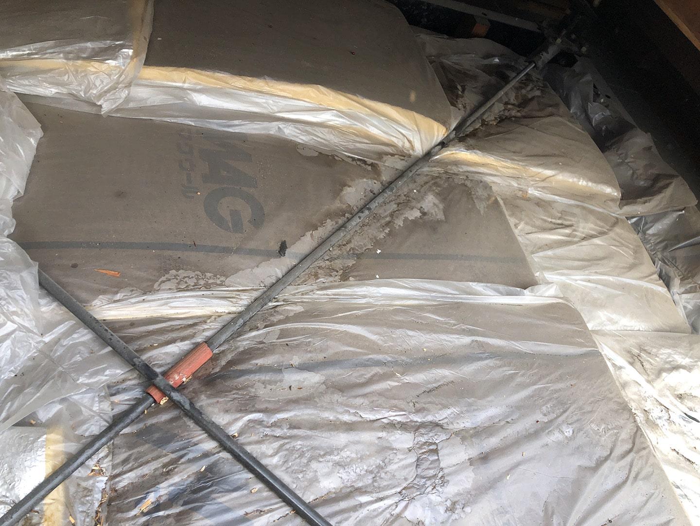 【横浜市鶴見区】スレート屋根の雨漏り、部分修理工事の事例 屋根材の撤去