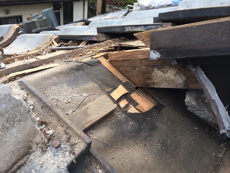 瓦屋根の雨漏り、部分修理工事の事例 棟違い部解体 雨漏り確認