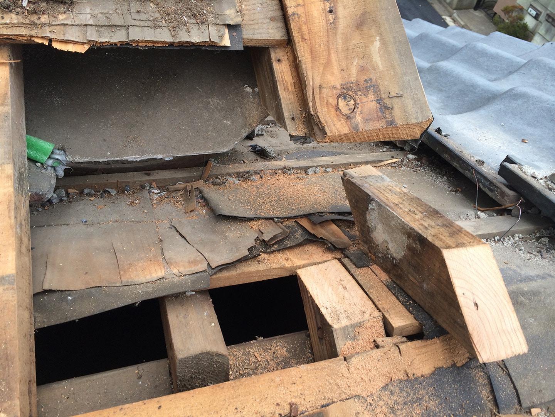 瓦屋根の雨漏り、部分修理工事の事例 棟違い部解体 修理棟違い部の垂木、破風をカット