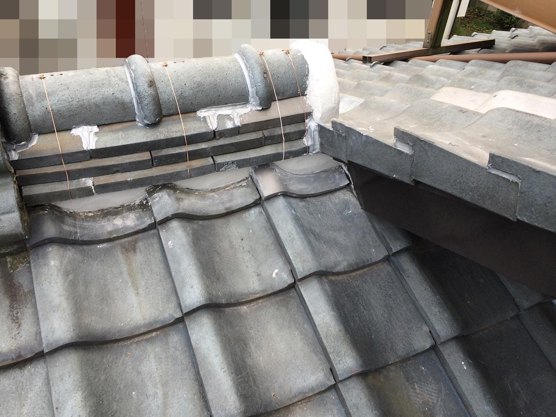 瓦屋根の雨漏り、部分修理工事の事例 棟違い部復旧 棟瓦設置完了