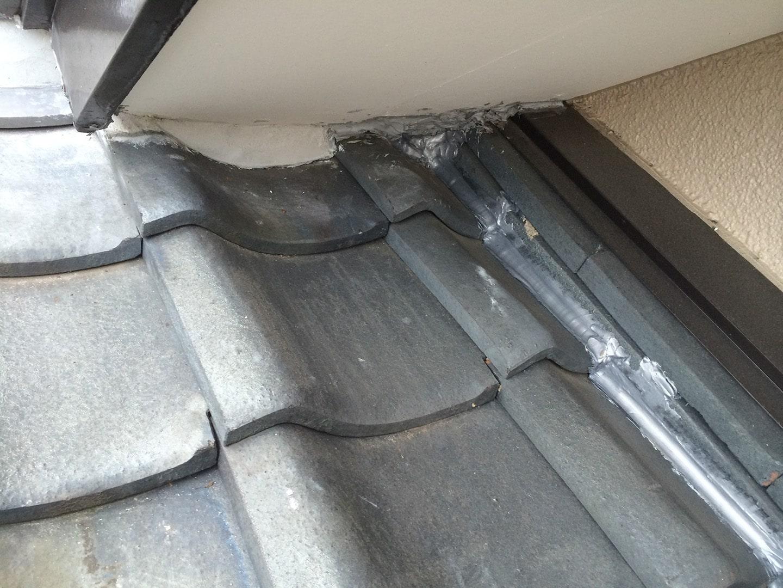 瓦屋根の雨漏り、部分修理工事の事例 棟違い部復旧 棟違い部 吹き込み防止措置