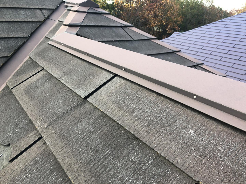 【東京都八王子市】スレート屋根の棟板金の釘の増し打ち、ひび割れ補修工事の事例 棟板金 工事前状況