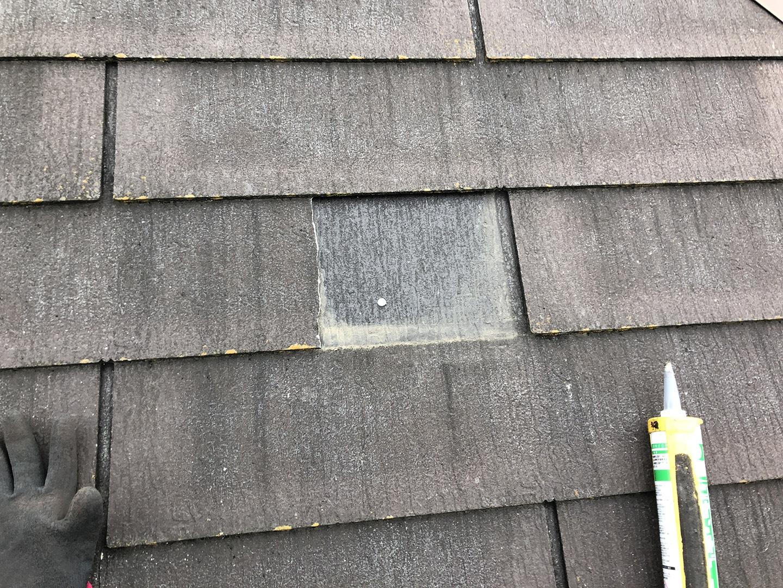 【東京都八王子市】スレート屋根の棟板金の釘の増し打ち、ひび割れ補修工事の事例 ひび割れて完全に割れた部分の補修