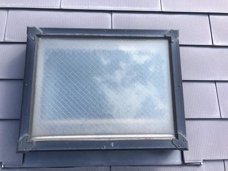 天窓のガラスパッキンの雨漏り予防メンテナンス工事の事例  工事前 屋根側