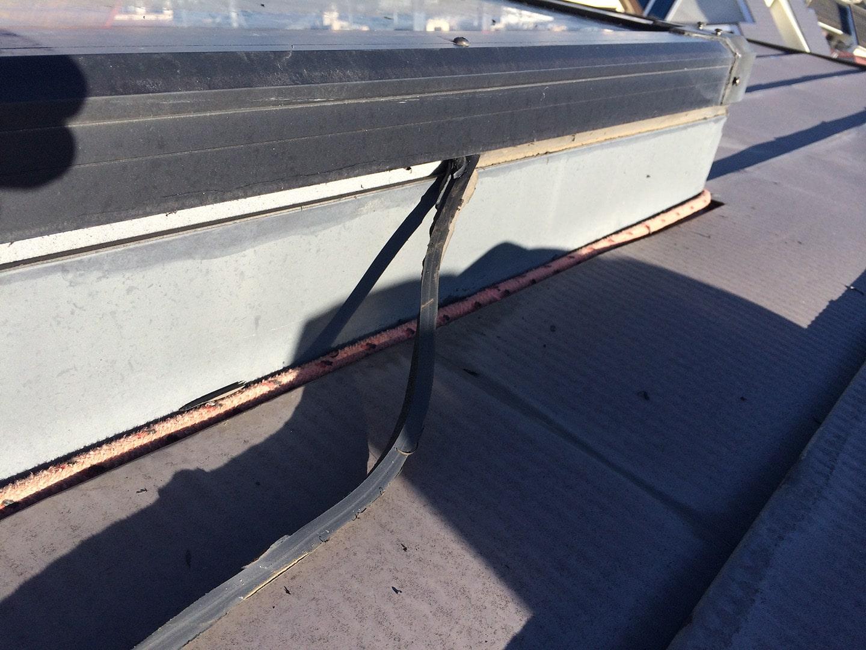 天窓のガラスパッキンの雨漏り予防メンテナンス工事の事例 古いガラスパッキン撤去