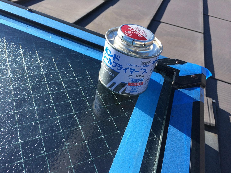 天窓のガラスパッキンの雨漏り予防メンテナンス工事の事例 プライマー塗布