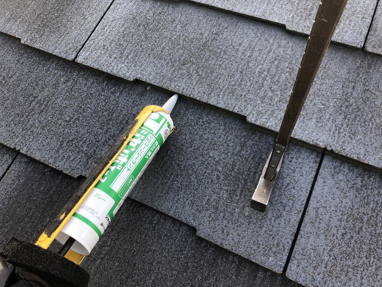 【埼玉県川口市】スレート屋根の点検、ひび割れ補修工事の事例 接着剤の注入