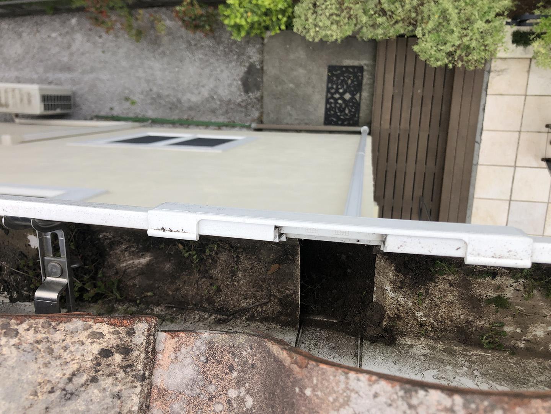 【東京都八王子市】瓦屋根の割れ修理、雨どい掃除の工事事例 大きな土の塊などを撤去
