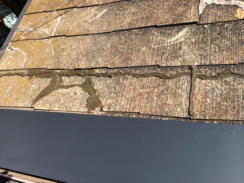 ガルバリウム鋼板の屋根材で、部分的にカバー工法 接着剤塗布