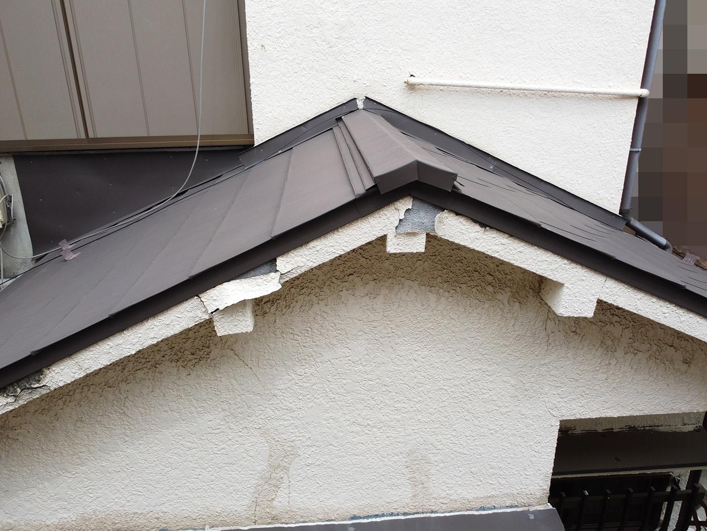 【東京都品川区】業者指摘の不安解消で、ガルバリウムの金属屋根のドローン点検の事例 1階部分の棟