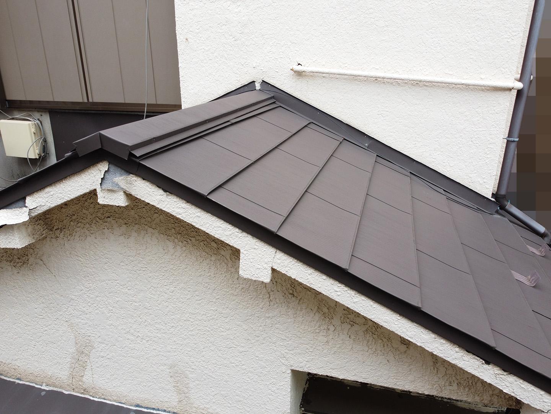 【東京都品川区】業者指摘の不安解消で、ガルバリウムの金属屋根のドローン点検の事例 1階部分の屋根