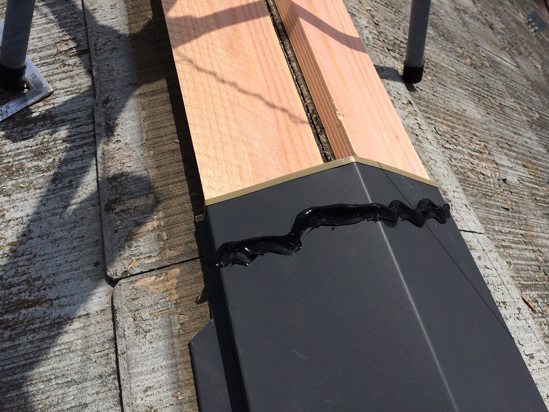 【横浜市瀬谷区】スレート屋根、棟板金の交換修理の工事の事例 接続部、接着材併用