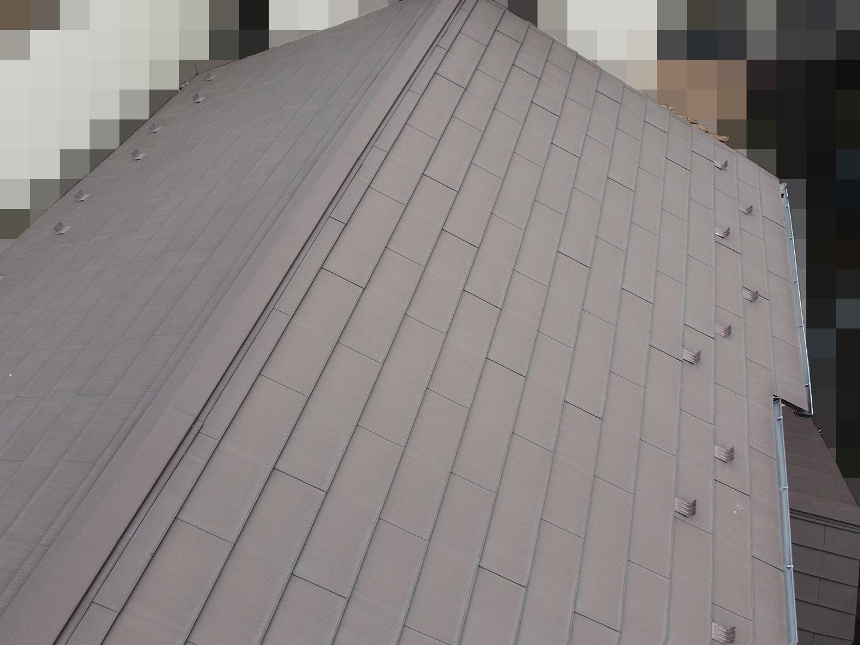 【東京都品川区】業者指摘の不安解消で、ガルバリウムの金属屋根のドローン点検の事例 2階屋根の棟の状況