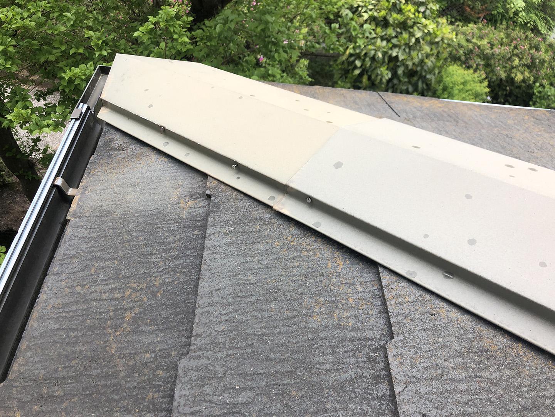 【東京都八王子市】スレート屋根、棟板金の釘増し打ち、ひび割れをガルバで部分カバーする工事の事例 棟状況