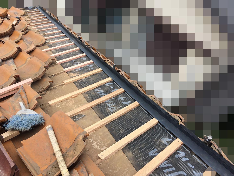 【千葉県船橋市】瓦屋根の雨漏り修理で、棟の一部の取り直し工事の事例 止水板金の設置