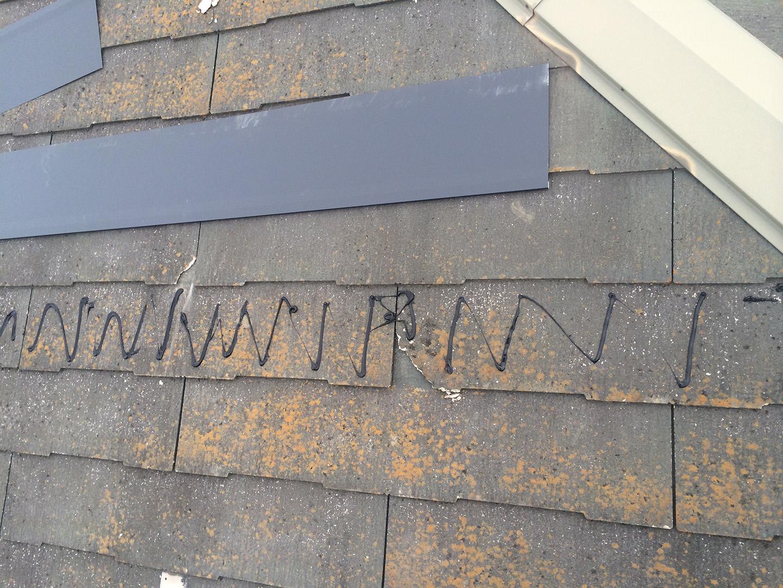 【東京都八王子市】スレート屋根、棟板金の釘増し打ち、ひび割れをガルバで部分カバーする工事の事例 スレート風化現象 接着剤塗布