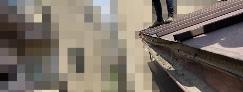 【文京区千石】築30~40年、瓦と金属屋根がくっついている屋根の点検事例 玄関上の軒先の状態