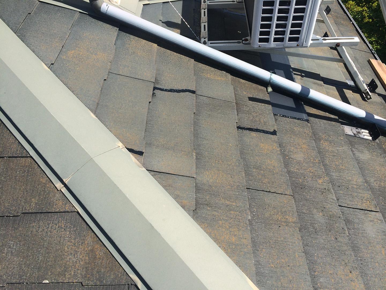 【東京都八王子市】スレート屋根、棟板金の釘増し打ち、ひび割れをガルバで部分カバーする工事の事例 スレートひび割れの接着補修