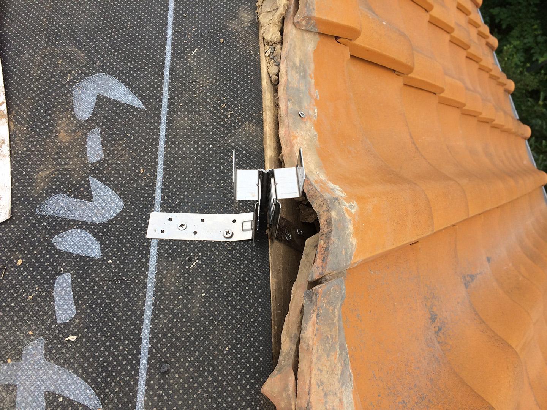 【千葉県船橋市】瓦屋根の雨漏り修理で、棟の一部の取り直し工事の事例 耐震金具の設置