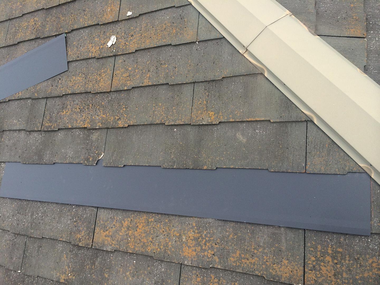 【東京都八王子市】スレート屋根、棟板金の釘増し打ち、ひび割れをガルバで部分カバーする工事の事例 スレート風化現象 ガルバリウム鋼板の屋根材で、部分的にカバー工法