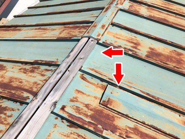 釘や棟部分からのサビが目立つ屋根