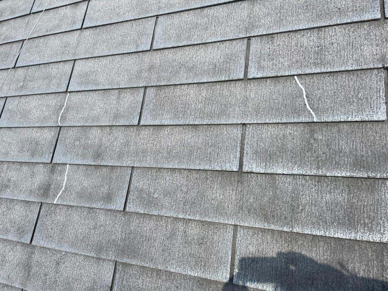 【東京都荒川区】スレート屋根、棟板金の交換工事、ひび割れ補修の事例 ひび割れ補修